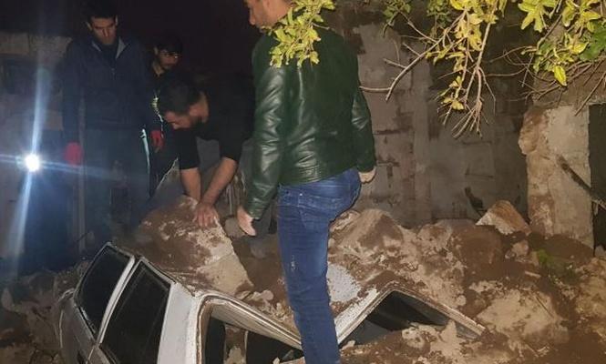 Otomobil yıkılan harabe evin altında kaldı
