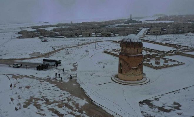 Antik kent Hasankeyf, kar manzarasıyla değişik bir görüntü oluşturuyor