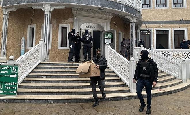Polisin camideki halılara botlarla basması tepkilere yol açtı
