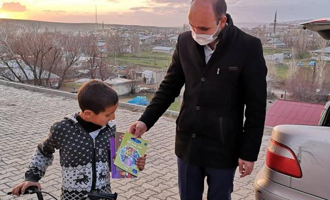 Ağrı'da evde kalan öğrencilere okumaları için kitap dağıtıyorlar