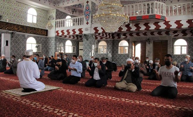 """Halkın tercihi """"teravih namazını camide kılmak""""tan yana"""