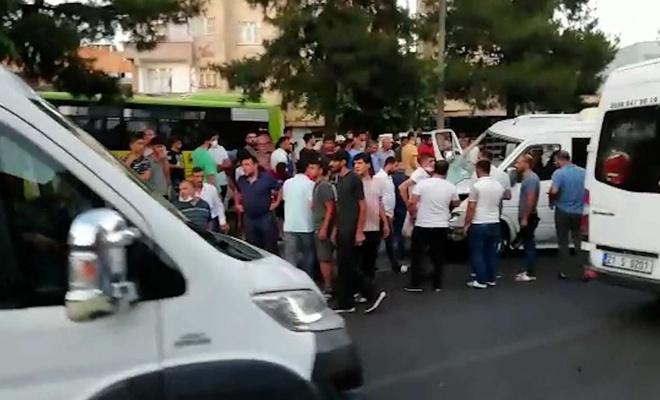 Diyarbakır'da minibüs refüje çarptı: 3 yaralı