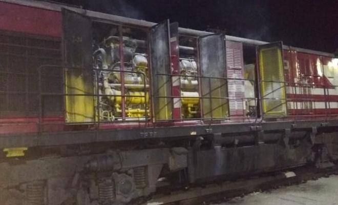 Yük treninin lokomotifi yandı