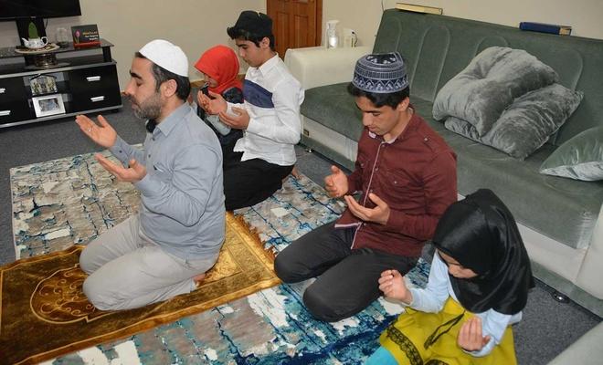 Mescide çevirdikleri evlerinde Ramazan'ı ibadetlerle ihya ediyorlar