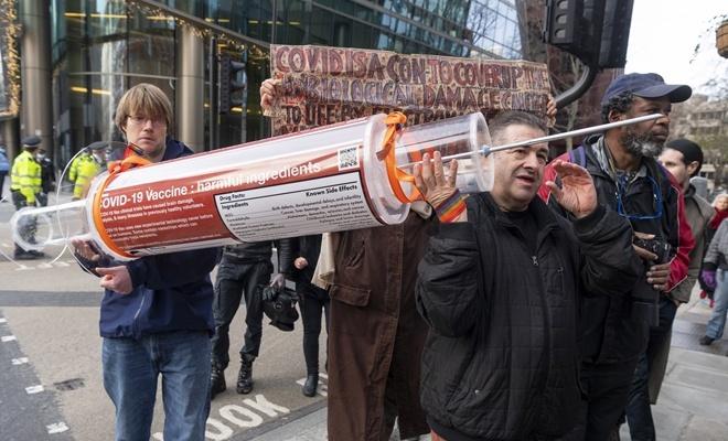 İngiltere'de aşı karşıtlarının gösterisinde 3 kişi gözaltına alındı