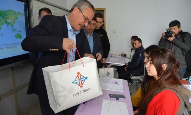 Üniversite sınavına hazırlanan öğrencilere eğitim setleri hediye edildi