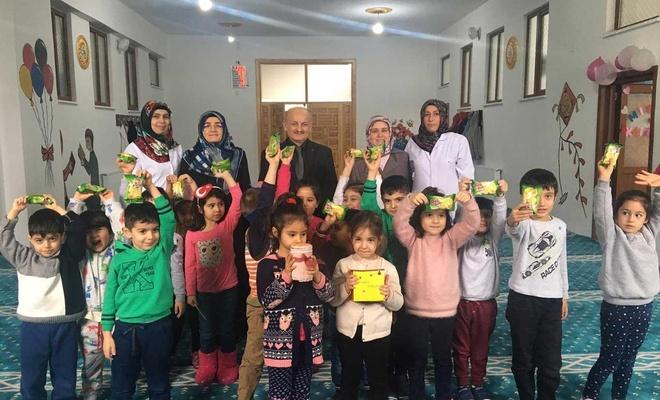 Kur'an Kursu öğrencileri harçlıklarını yetimlere bağışladı