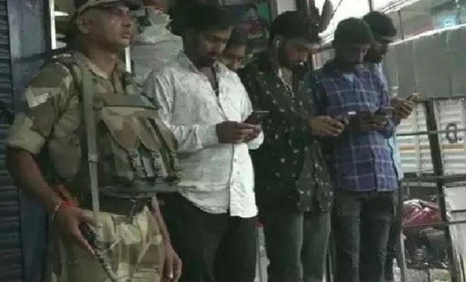 Keşmir'de 70 gün sonra ilk kez telefon zilleri çalmaya başladı
