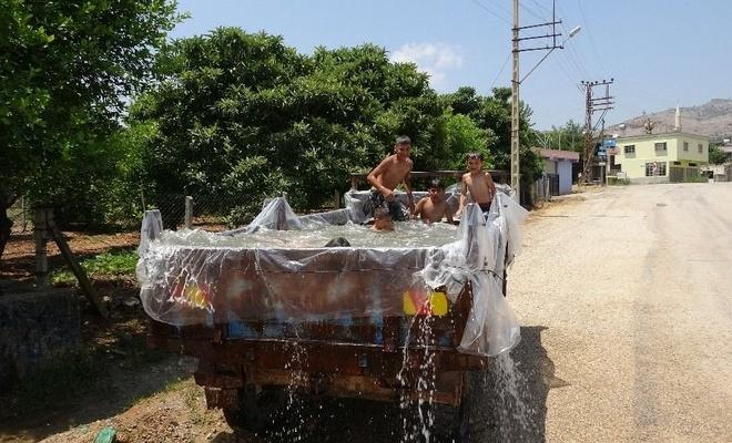 Adanalı çiftçi, çocuklar için römorktan havuz yaptı
