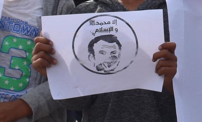 Macron, Suriye'de protesto edildi