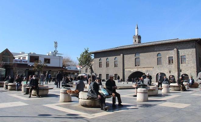 Kısıtlamaların kalkmasıyla hafta sonunda Diyarbakır sokakları canlandı
