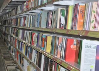 """Kitabevi sahibi Özkan: """"Zamanımızı en verimli şekilde değerlendirecek yol okumaktır"""""""