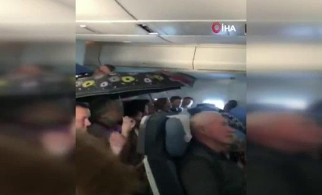 Uçakta şemsiye altında yolculuk