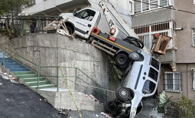Park halindeki otomobile çarpan araç istinat duvarında asılı kaldı