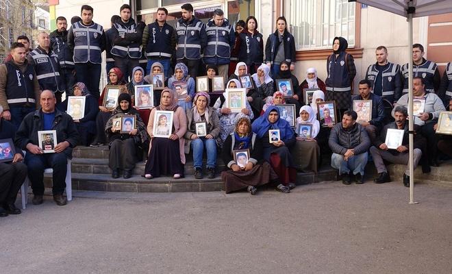 Evlat nöbetindeki aileler: PKK'liler evimize gelip bizleri tehdit ediyor