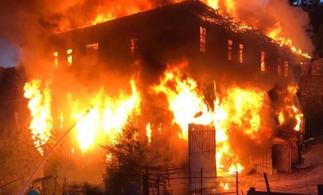Yangın çıkan evde bir kadın mahsur kaldı