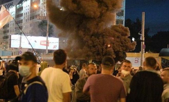 Minsk'te patlama sesleri duyuldu: 1 ölü, protestocular bir troleybüsü ateşe verdi