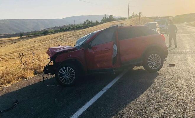Siirt'te iki araç kafa kafaya çarpıştı: Biri ağır 3 yaralı