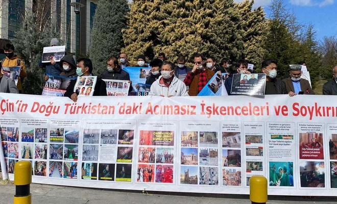 Çin'in Ankara Büyükelçiliği önündeki Doğu Türkistanlı ailelerin eylemine engel