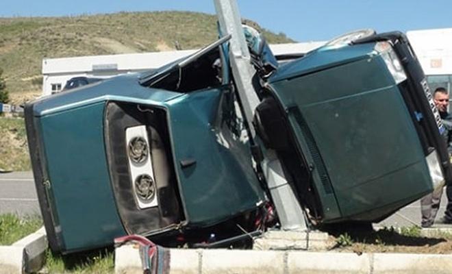 Direğe çarpan otomobilde iki kişi öldü