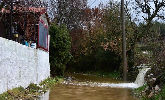 Kuvvetli yağmur ve fırtına hayatı olumsuz etkiledi