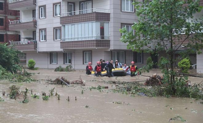Rize ve Artvin'de beklenen yağış başladı: Bazı mahalleleri su bastı