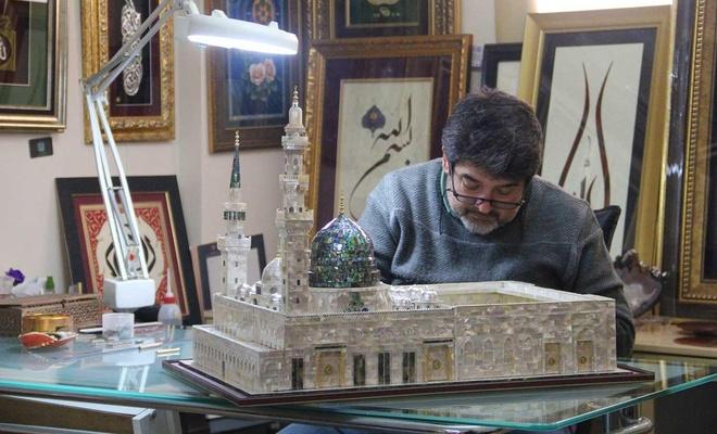 Adanalı öğretmen, sedef parçalarından Mescid-i Nebi maketini yaptı