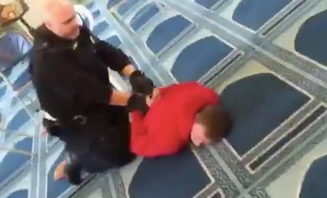 Bir ırkcı saldırı daha! Camide namaz kılarken bıçaklandı