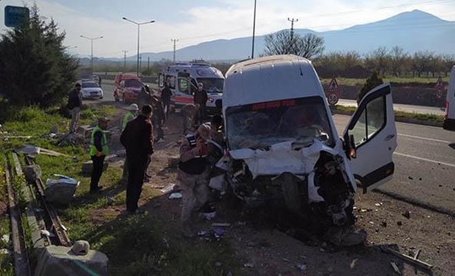 Malatya'da yolcu minibüsü bariyerlere çarptı