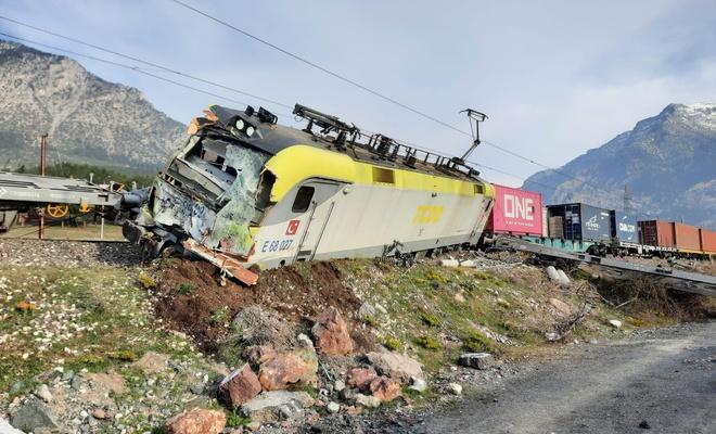 Adana'da aynı istikametteki iki yük treni çarpıştı!