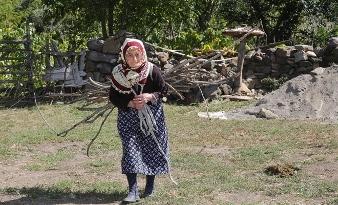 103 yaşındaki Döndü Nine gençlere taş çıkarıyor