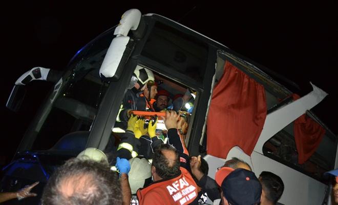 Göçmenleri taşıyan otobüs devrildi: 41 yaralı