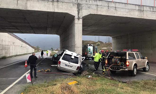 Otomobil üst geçit ayağına çarptı: 2 ölü, 1 yaralı