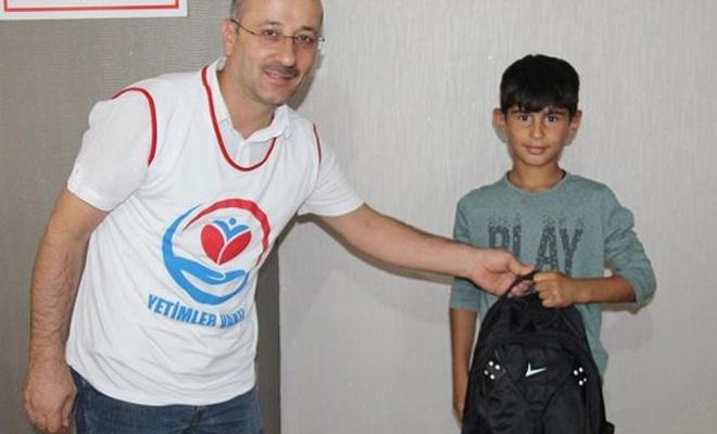 Yetimler Vakfından öğrencilere kırtasiye yardımı