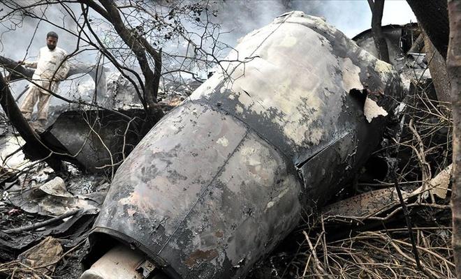 Pakistan'da dehşete düşüren görüntüler! Uçak evlerin üstüne düştü