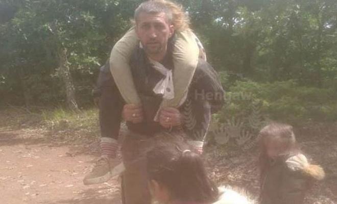 Bu acıya yürek dayanmaz! Ölen eşini saatlerce sırtında taşıdı