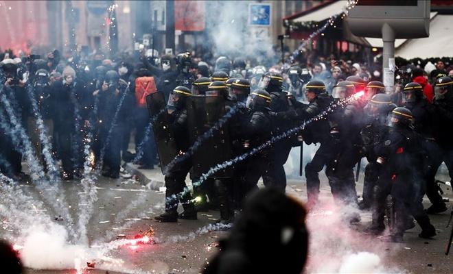 Fransa'da polisin attığı gaz kapsülü AA foto muhabirini yaraladı