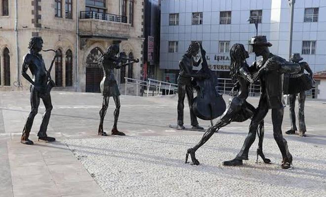 """""""Fransızlaşmışlar heykellerin kaldırılmasını hazmedemiyor"""""""