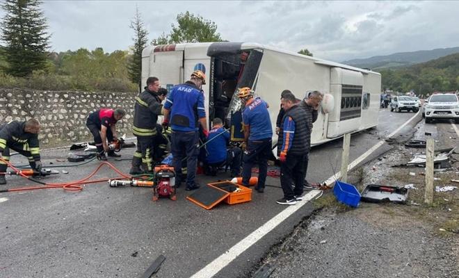 Otobüsü ile otomobilin çarpıştığı kazada 3 kişi öldü