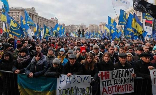 Ukrayna'da düzenlenen protestolarda Zelenskiy'e kırmızı çizgi hatırlatması