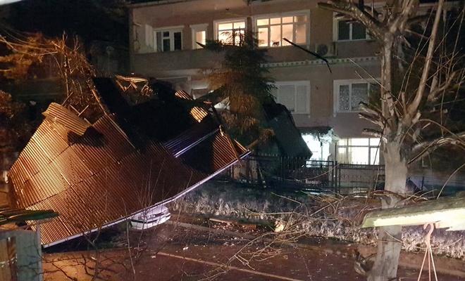 Sakarya'yı kuvetli rüzgar vurdu! Uçan çatı park halindeki aracın üzerine düştü