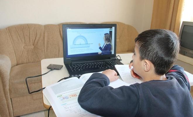 Çocuklar ilk kez EBA TV üzerinden uzaktan eğitim almanın heyecanını yaşadı