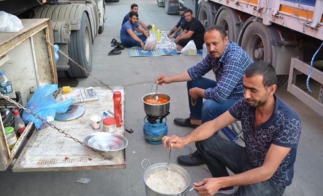 Habur sınır kapısında şoförlerinin iftar heyecanı