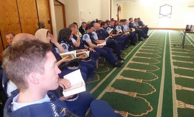 Yeni Zelanda polisi camilerde İslam'ı öğreniyor!