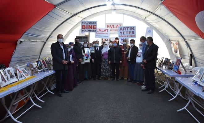 Bağlar Belediye Başkanı Beyoğlu evlat nöbetini sürdüren aileleri ziyaret etti