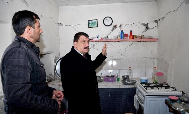 Malatya Valisi Baruş, depremden etkilenen kale ilçesinde incelemelerde bulundu