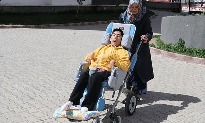 Ömrünü engelli oğluna adadı