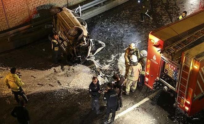 Zeytinburnu'nda araç, bariyerlerden alt geçide uçtu