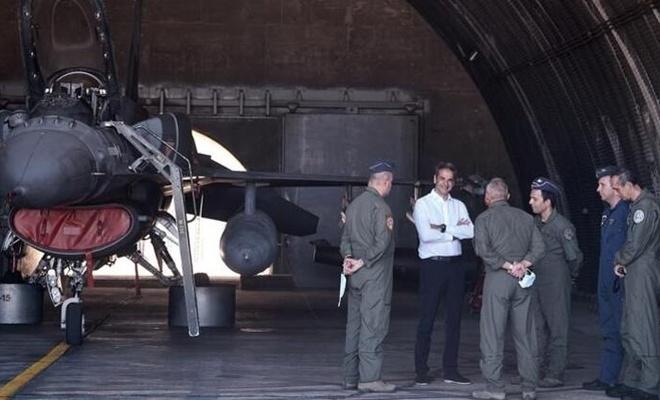 Miçotakis Fransız savaş uçaklarının önünde poz verdi