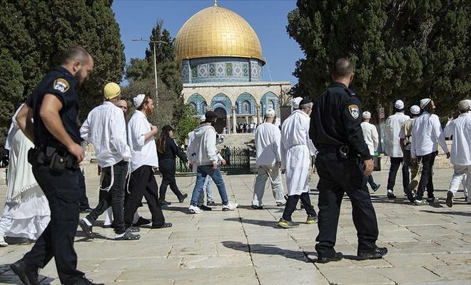 İşgal polisi korumasındaki radikal Yahudi teröristler, Mescid-i Aksa'ya saldırdı